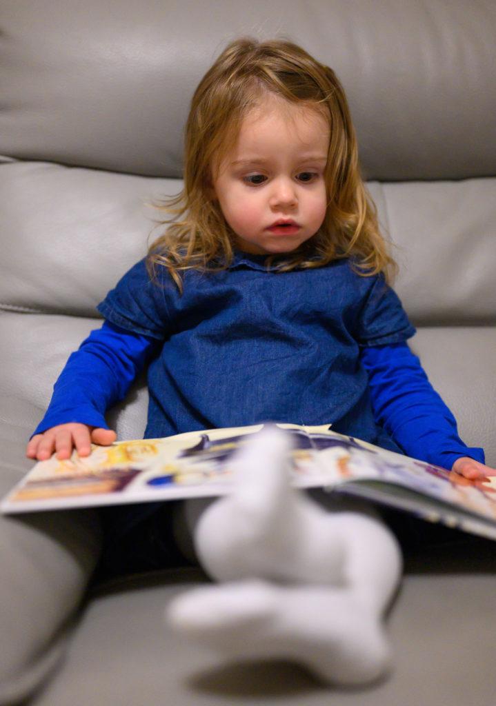 Petite fille qui lit un livre, photographe Houilles