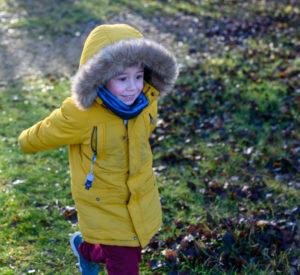 petit garçon qui court avec un grand sourire sous le soleil photographe enfant Houilles photographe enfants lifestyle photographe Houilles