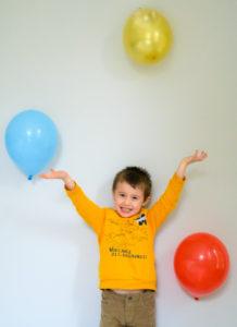 Petit garçon qui joue avec des ballons multicolores  photographe enfants Houilles photographe lifestyle photographe enfants lifestyle Houilles photographe Houilles