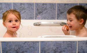 enfants en train de faire des bulles dans la baignoire photographe enfants Houilles photographe enfants lifestyle photographe Houilles