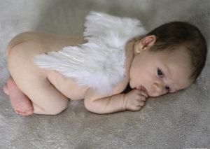 bébé sur le ventre avec des ailes d'ange, photographe bébé Houilles, photographe naissace Houilles, photographe nouveau-né Houilles