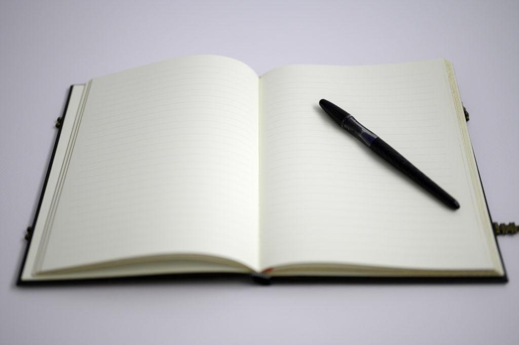Livre ouvert stylo posé sur une page Photographe Houilles