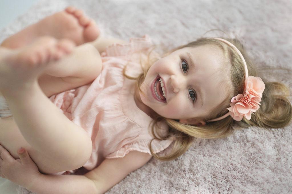toute petite fille qui éclate de rire photographe enfant Houilles photographe bébé Houilles photographe Houilles