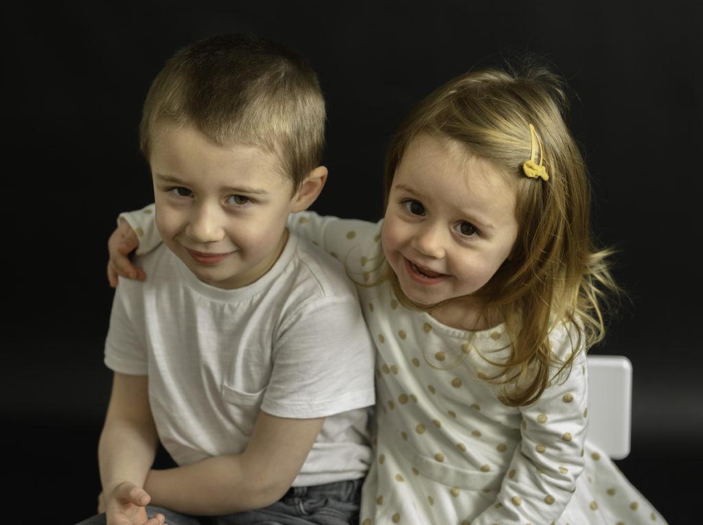 frère et soeur assis sur un banc photographe enfants Houilles photographe famille Houilles photographe Houilles