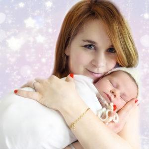 Maman qui tient son nouveau-né endormi dans les bras Photographe bébé Houilles Photographe naissance Houilles Photographe enfant Houilles Photographe famille Houilles Photographe Houilles