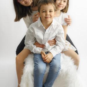 trois enfants assis sur un banc photographe enfant Houilles photographe famille Houilles photographe Houilles