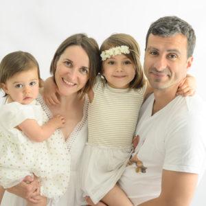 famille en blanc bébé et petite fille dans les bras photographe bébé Houilles photographe enfant Houilles photographe Houilles photographe famille Houilles photographe nouveau-né Houilles
