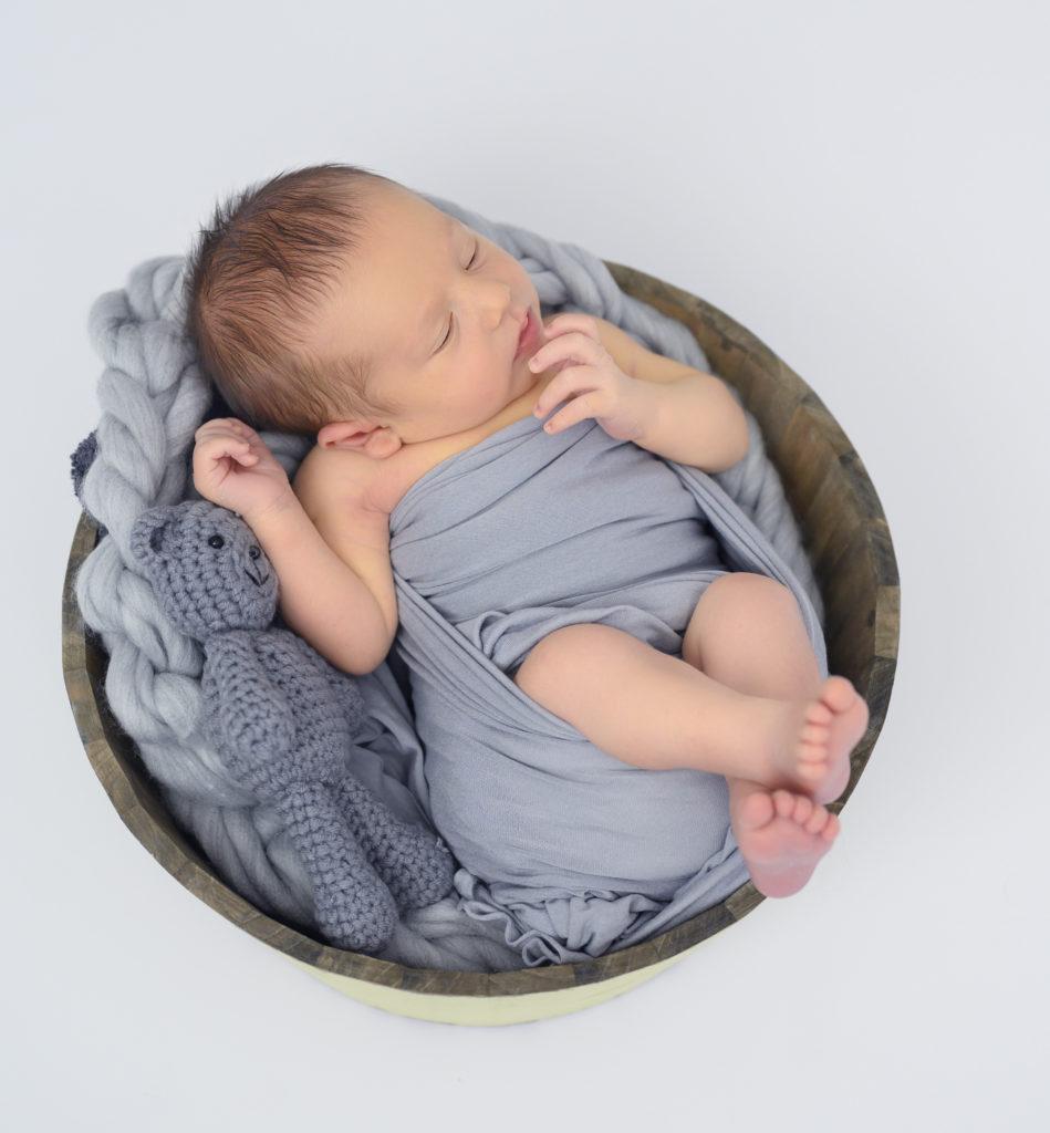bébé emmailloté de gris dans un panier photographe naissance Houilles photographe nouveau-né Houilles photographe Houilles