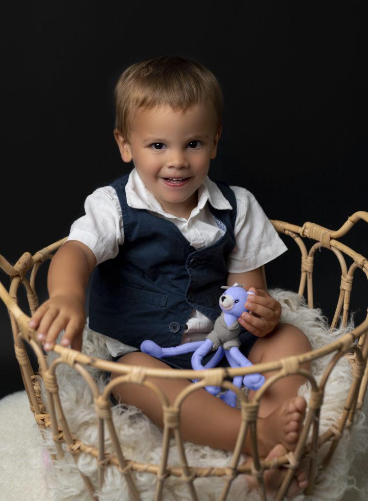 bébé élégant assis dans un panier photographe bébé Houilles photographe Houilles