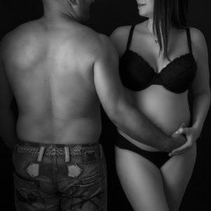 portrait noir et blanc dun couple dont la femme est enceinte photographe grossesse Houilles photographe maternité Houilles photographe Houilles