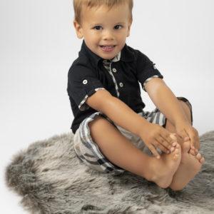 petit garçon qui sourit en tenant ses pieds photographe bébé Houilles photographe Houilles