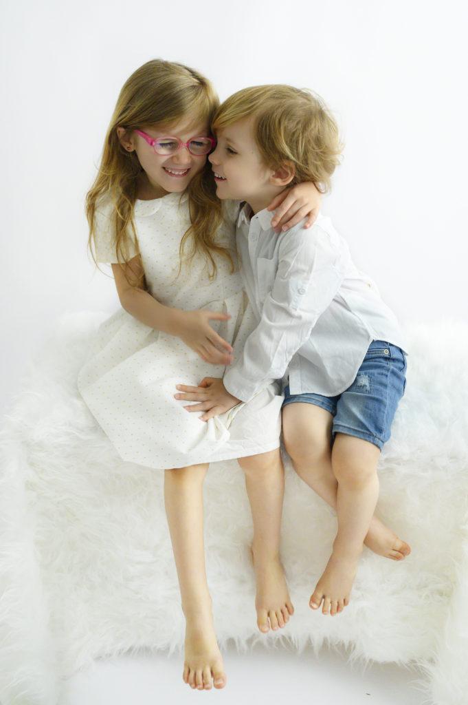 frère et soeur qui rient ensemble photographe enfant houilles photographe enfants Houilles photographe famille Houilles