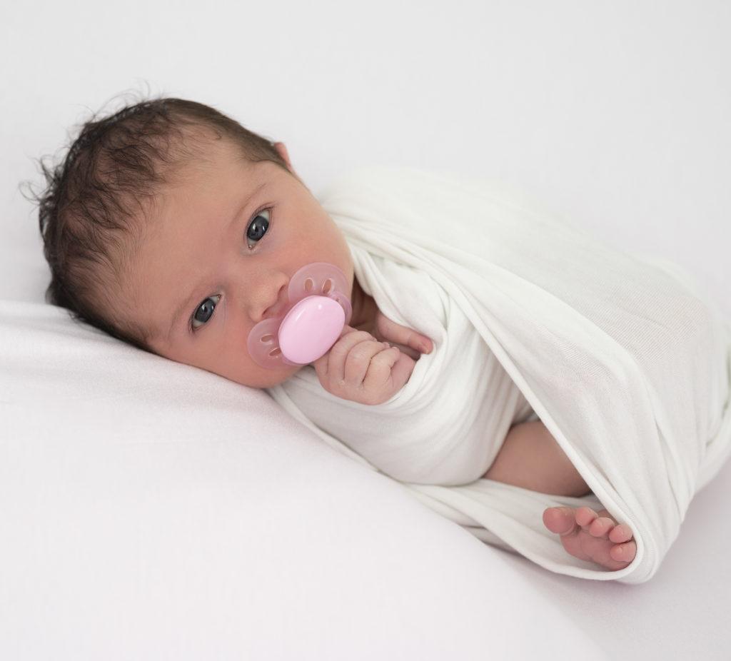 nouveau-né sur beanbag blanc regarde objectif photographe naissance houilles yvelines