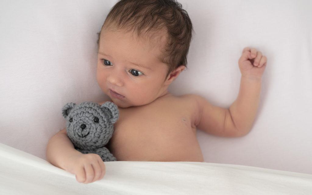 Nouveau-né sur beanbag avec nounours gris photographe naissance houilles yvelines