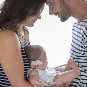 parents tenant leur bébé dans les bras en contrejour photographe bébé famille houilles yvelines