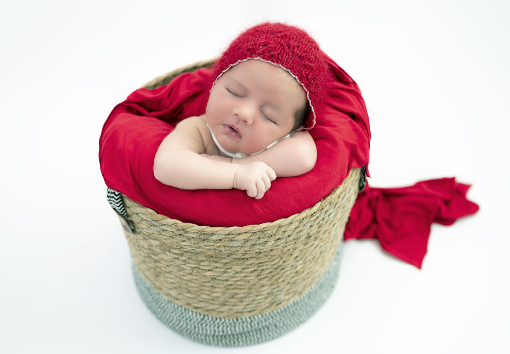 Nouvelle-née endormie dans un panier petit chaperon rouge photographe naissance Houilles photographe nouveau-né Houilles