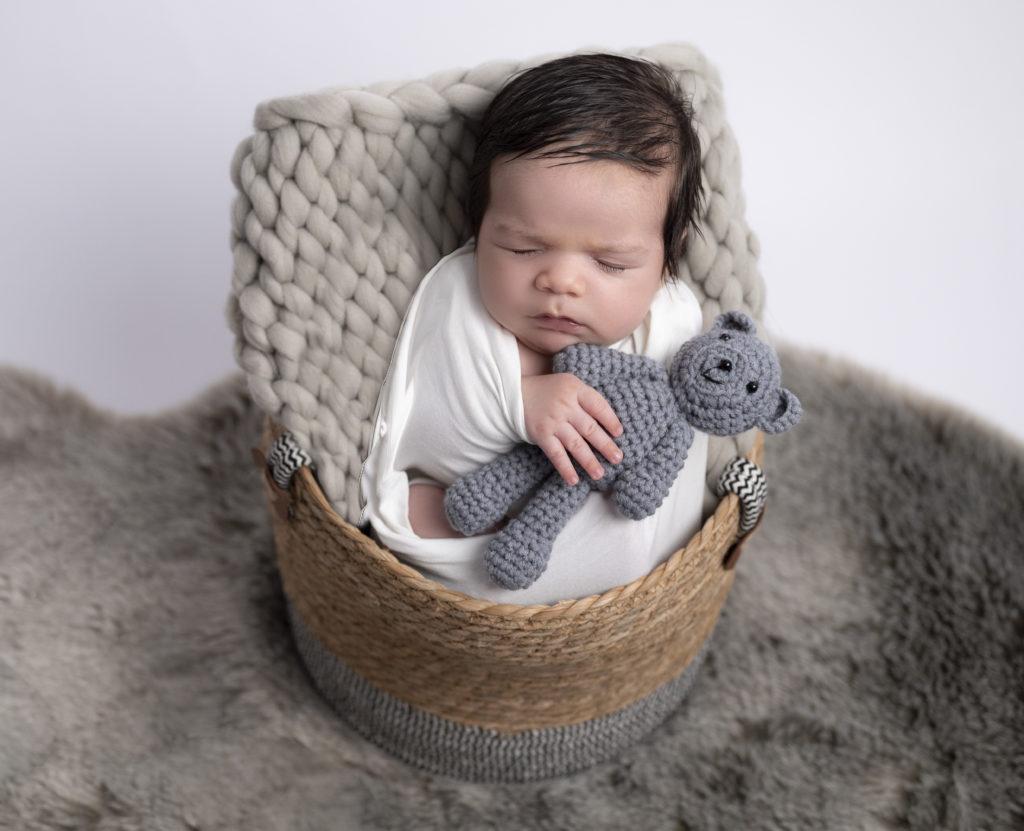 Nouveau-né emmailloté de blanc endormi dans un panier photographe naissance Houilles photographe naissance Yvelines photographe nouveau-né Houilles photographe nouveau-né Yvelines