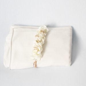 mini halo blanc doré sur wrap et beanbag blancs photographe grossesse naissance enfant bébé famille Houilles la Défense Yvelines