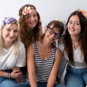famille avec trois grandes jeunes femmes et leur maman headbands fleuris photographe famille Houilles Yvelines la Défense