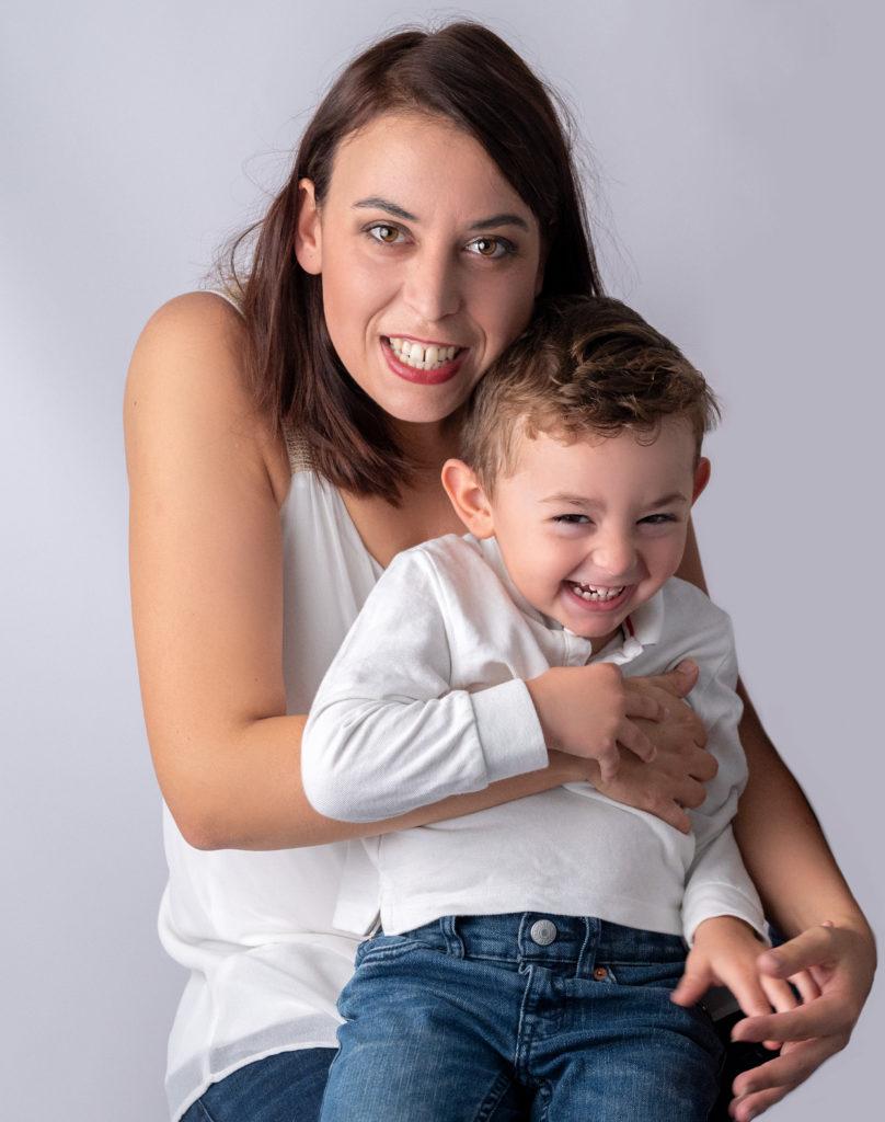 jeune maman avec son petit garçon de trois ans qui rit aux éclats photographe famille Houilles Yvelines la Défense