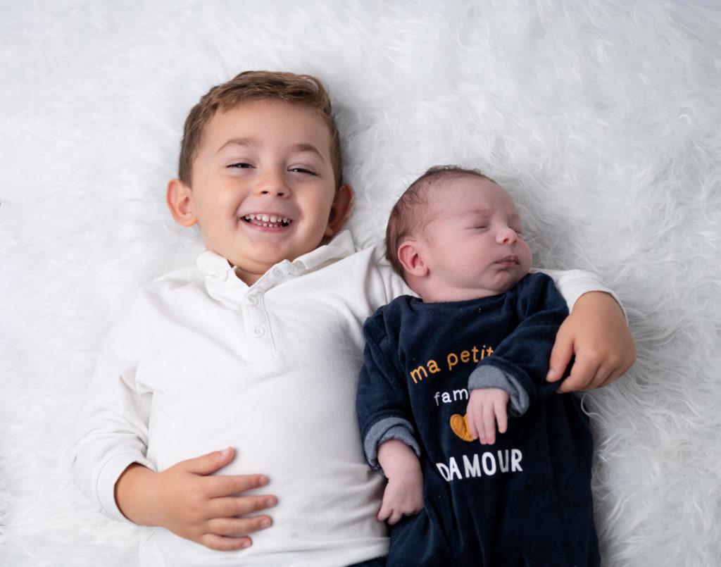 petit garçon de trois ans et son petit frère de 11 jours photographe naissance nouveau-né Houilles Yvelines la Défense