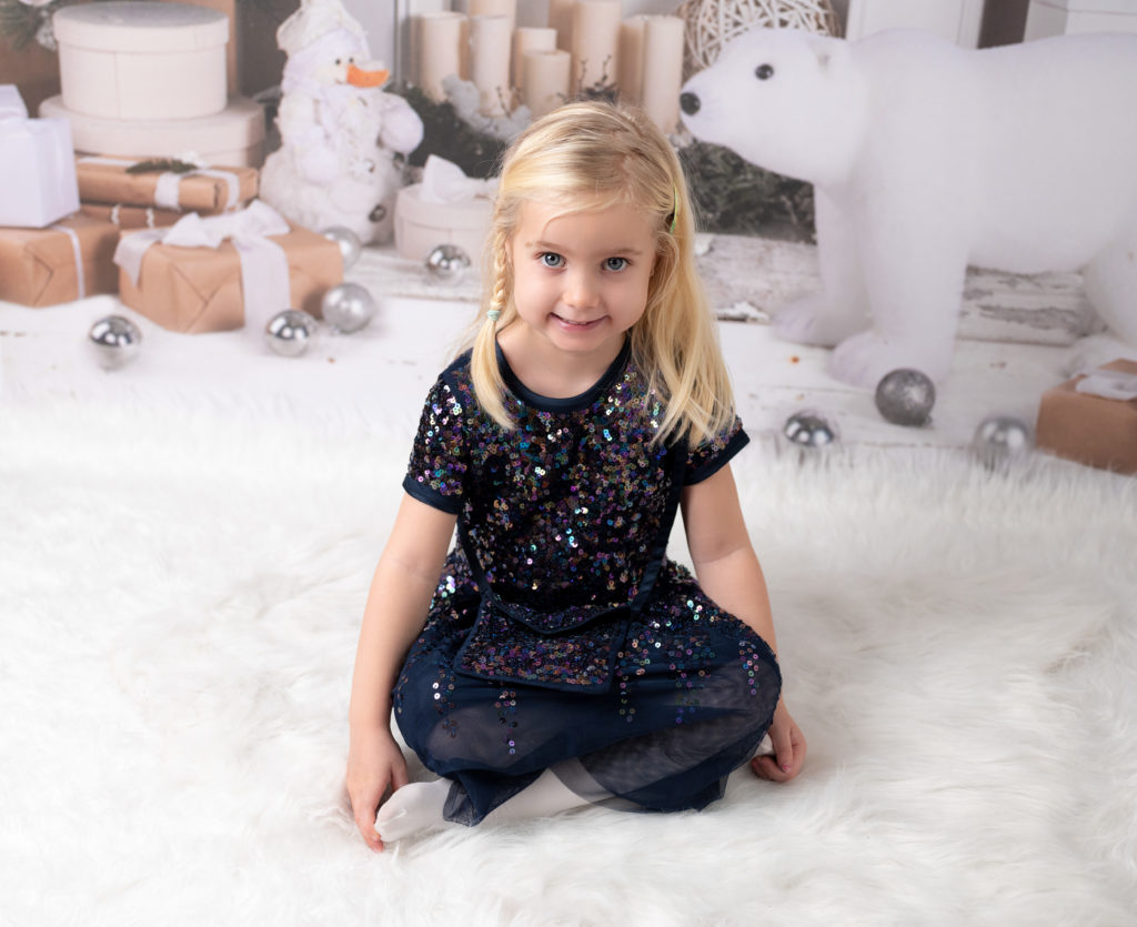 Petite fille robe de princesse assise dans un décor de Noël photographe enfant Houilles Yvelines la Défense