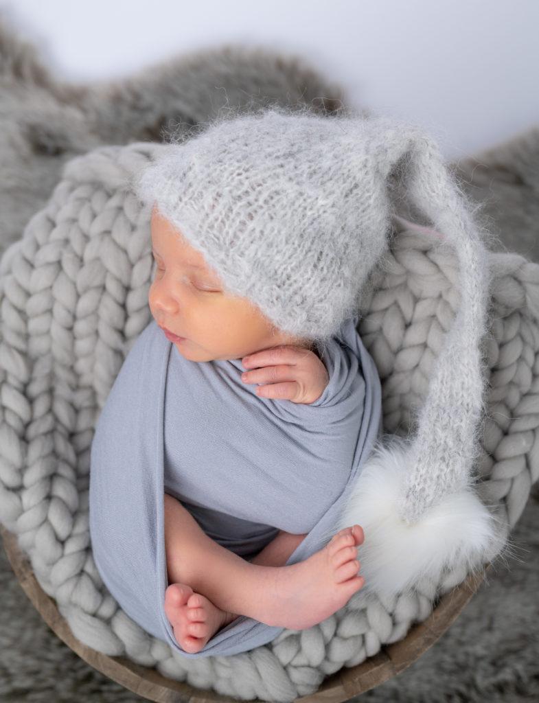 nouveau-né bonnet d'elfe emmailloté de gris photographe naissance nouveau-né Houilles Yvelines la Défense