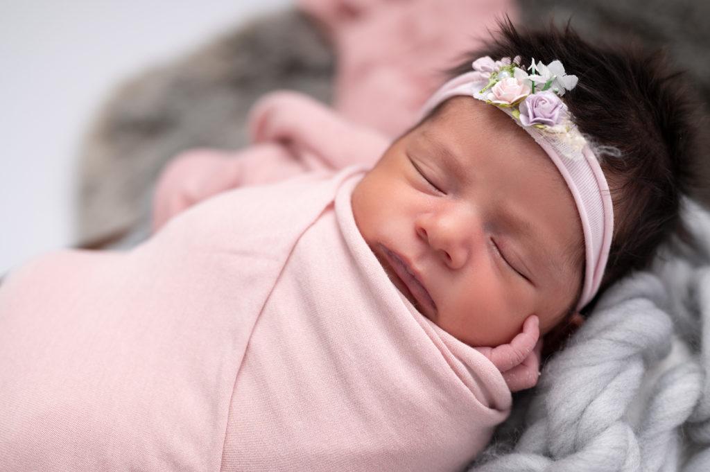 nouvelle-née emmaillotée de rose headband fleuri rose photographe naissance nouveau-né bébé Houilles Yvelines la Défense