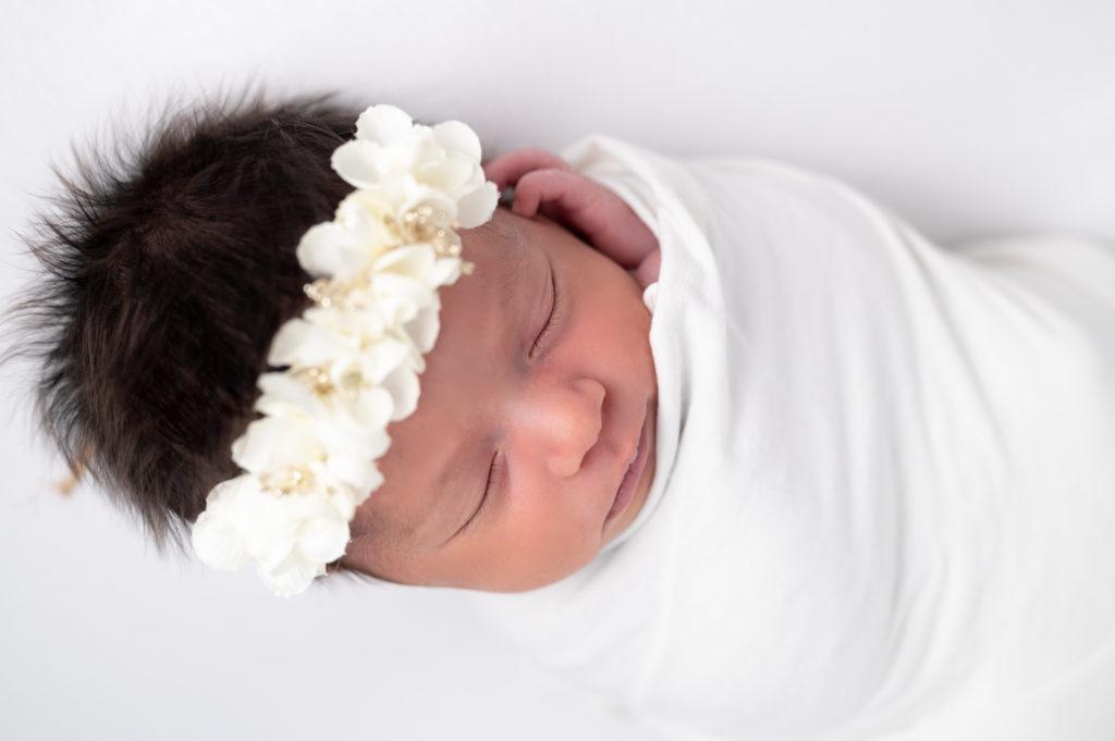 nouvelle-née mini halo fleuri blanc emmaillotée de blanc photographe naissance nouveau-né bébé Houilles Yvelines la Défense