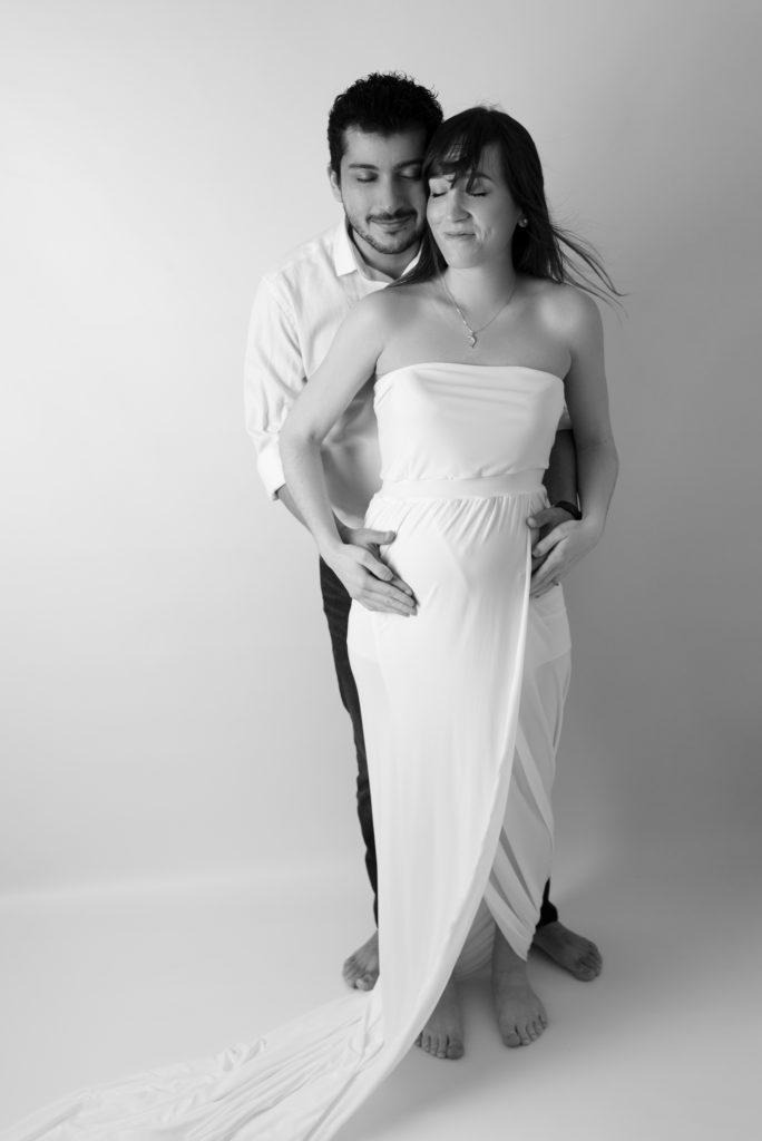 portrait noir et blanc d'un couple dont la femme est enceinte photographe grossesse femme enceinte maternité Houilles Yvelines la Défense