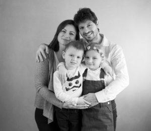 portrait de famille noir et blanc photographe famille Houilles Yvelines la Défense