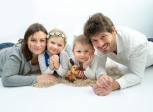 Photographie de famille avec parents et enfants à plat ventre photographe famille Houilles Yvelines la Défense