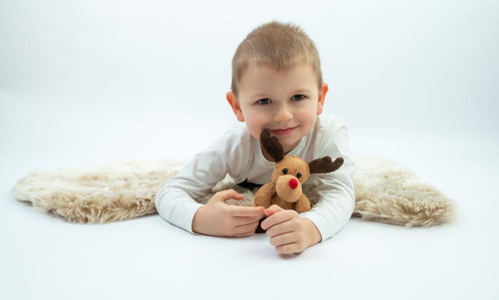petit garçon assis sur tabouret fond bleu nounours et peluches photographe enfants Houilles Yvelines la Défense