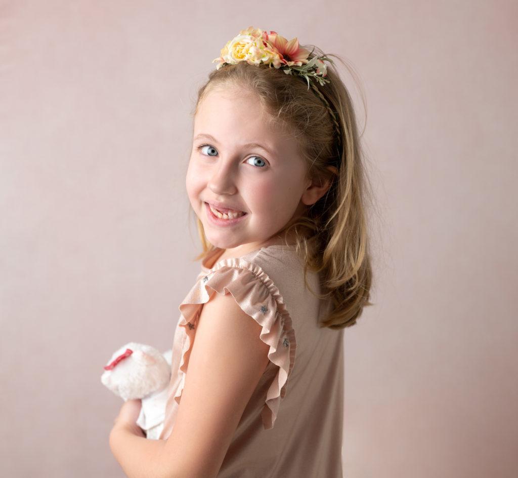 portrait fine art d'une petite fille sur fond rose bandeau fleuri photographe Houilles Yvelines la Défense