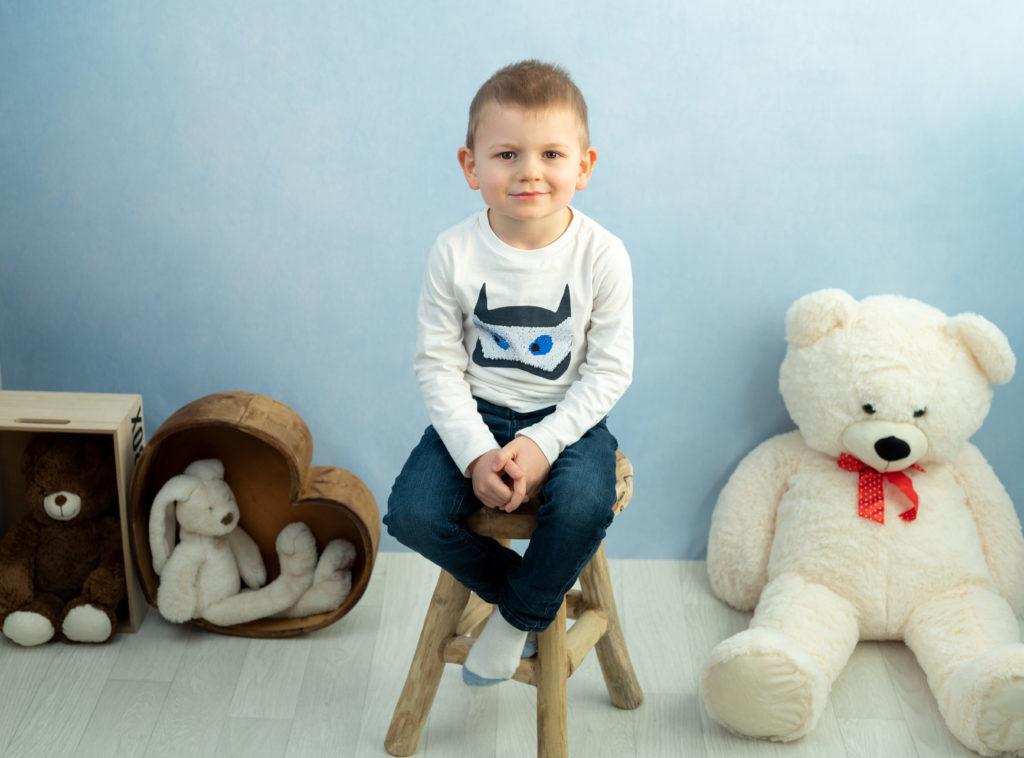 petit garçon fond bleu nounours et peluches photographe enfant Houilles Yvelines la Défense