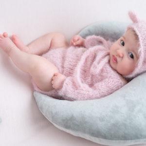 bébé de deux mois allongée sur posing bag lune grise étoiles photographe bébé Houilles Yvelines la Défense