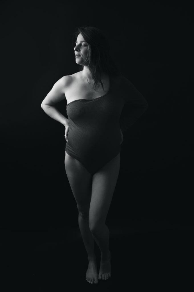 Portrait noir et blanc d'une femme enceinte en body photographe grossesse maternité femme enceinte Houilles Yvelines la Défense