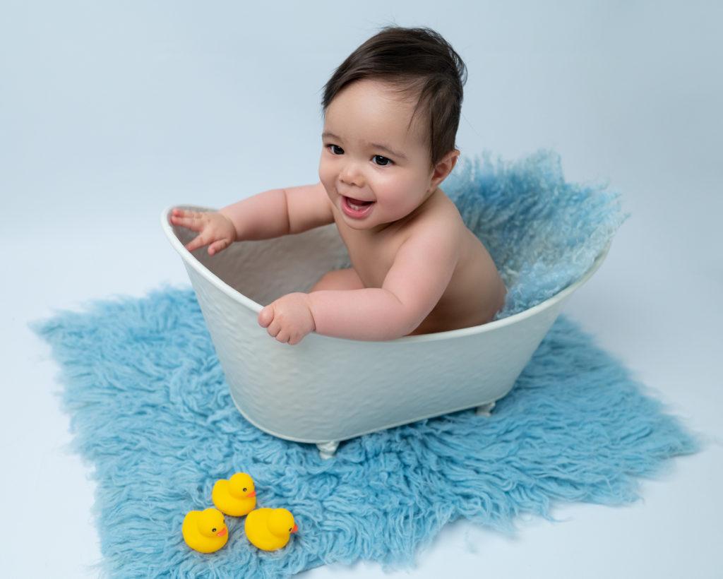 bébé de huit mois dans petite baignoire sourire photographe bébé Houilles Yvelines la Défense