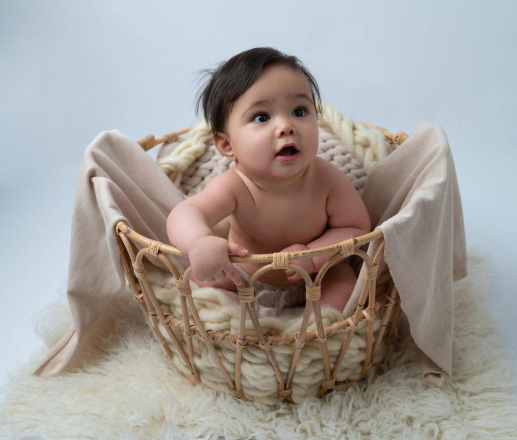 bébé de 8 mois dans un panier en rotin photographe bébé Houilles Yvelines la Défense
