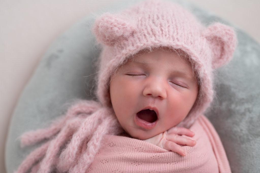 nouveau-né emmailloté de rose photographe naissance nouveau-né Houilles Yvelines la Défense