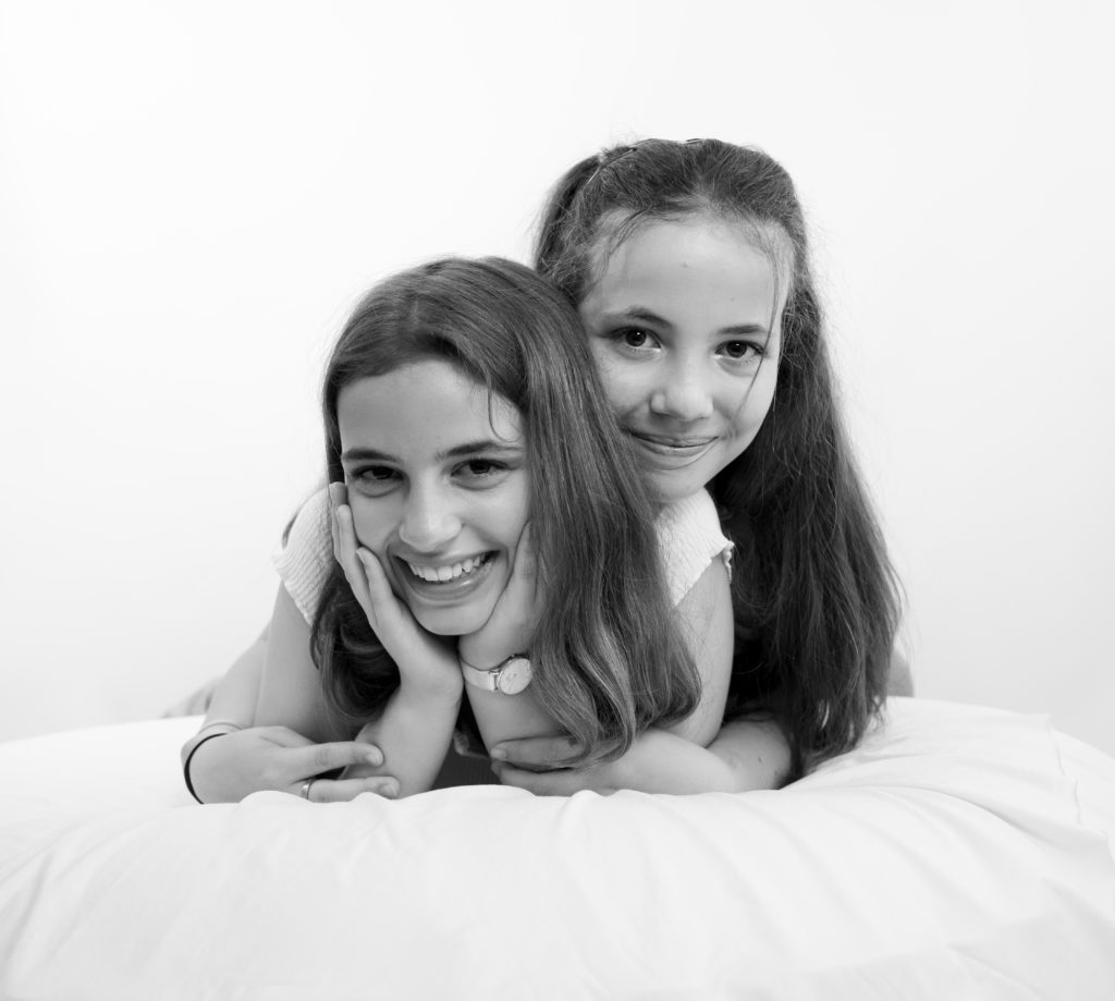 Portrait noir et blanc de deux soeurs photographe famille Houilles Yvelines la Défense