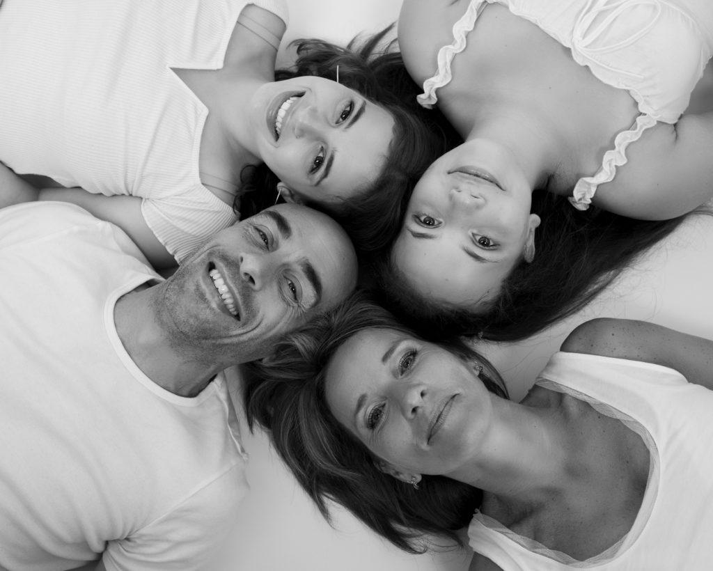 Famille avec deux ados portrait noir et blanc complicité photographe famille Houilles Yvelines la Défense