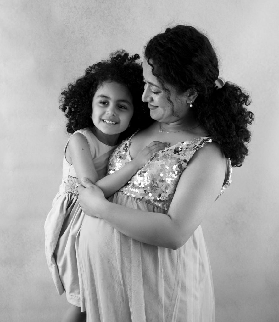 portrait noir et blanc d'une femme enceinte et sa fille photographe grossesse maternité Houilles Yvelines la Défense