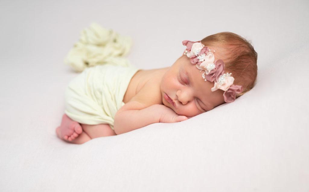 nouvelle-née endormie sur posing bag en pose bumup newbornposing photographe naissance nouveau-né Houilles Yvelines la Défense