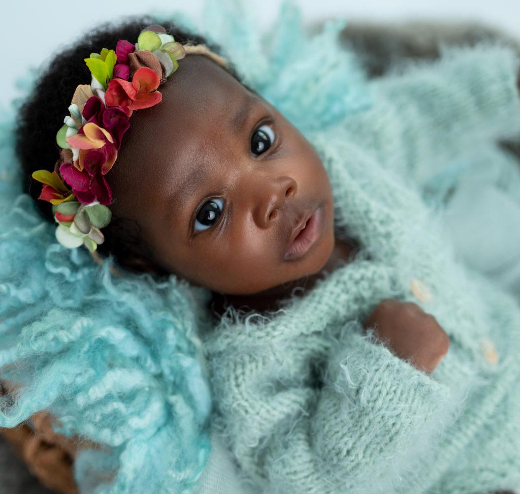 bébé de deux mois sur pose bébé vert menthe bandeau fleuri photographe bébé Houilles Yvelines la Défense