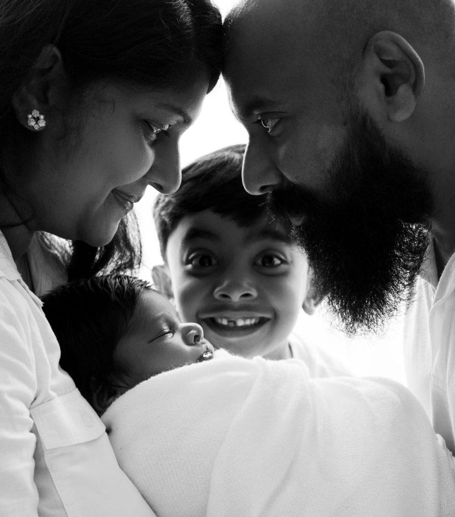 Famille nouveau-né grand frère photo contrejour noir et blanc photographe famille nouveau-né naissance Houilles Yvelines la Défense