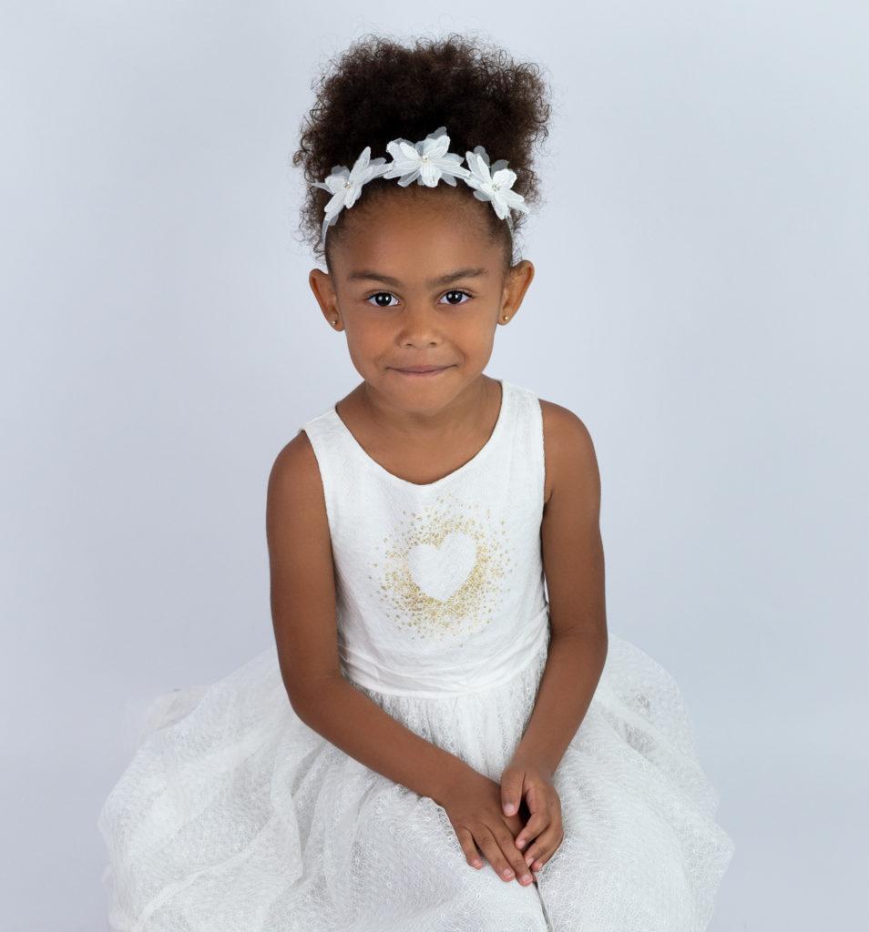 petite fille robe blanche bandeau blanc photographe enfants Houilles Yvelines la Défense