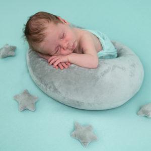 nouveau-né endormi sur posing bag vert menthe avec une lune et des étoiles grises photographe naissance nouveau-né Houilles Yvelines la Défense
