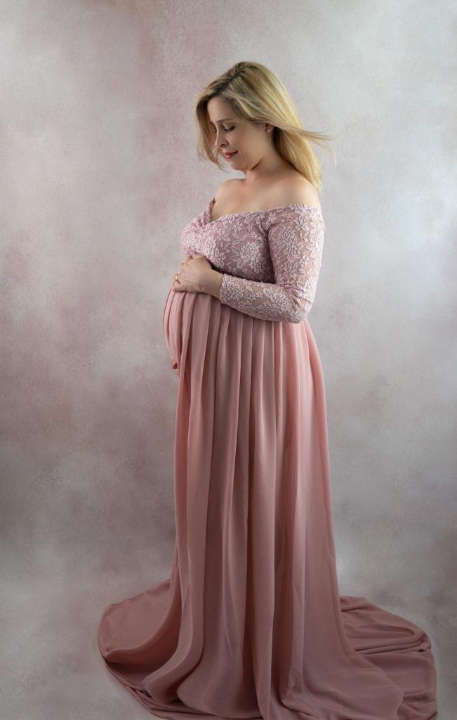 Femme enceinte robe de créatrice rose sur fond rose photographe grossesse maternité Houilles Yvelines la Défense